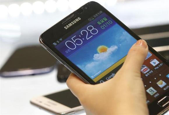 A customer tries the Samsung Galaxy Note smartphone at a store in Seoul August 26, 2012. REUTERS/Lee Jae-Won/Files