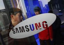 Homem saindo da sede da Samsung em Seul, Coreia do Sul, 6 de janeiro de 2014. A Samsung teve um lucro menor do que até a previsão mais conservadora de analistas no período outubro-dezembro, após desembolsar estimado 1 bilhão de dólares em bônus para marcar os 20 anos desde que o presidente do Conselho da empresa a colocou no caminho para se tornar uma gigante global. 06/01/2014 REUTERS/Kim Hong-Ji