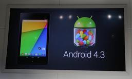 O sistema operacional Android 4.3 do Google, em anúncio de que será instalado no tablet Nexus 7, durante um evento realizado pelo Google no Dogpatch Studio em San Francisco. O número de smartphones e tablets vendidos com o sistema operacional Android ultrapassará a barreira de 1 bilhão este ano, disse o grupo de pesquisa Gartner nesta terça-feira. 24/07/2013 REUTERS/Beck Diefenbach