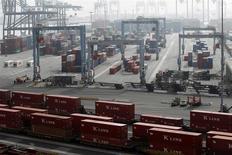 Unos contenedores almacenados en el puerto de Long Beach, EEUU, dic 4 2012. Estados Unidos registró en noviembre su menor déficit comercial en cuatro años debido a que las exportaciones alcanzaron un máximo récord y los débiles precios del petróleo contuvieron el crecimiento de las importaciones, en la más reciente evidencia del fortalecimiento de los fundamentos económicos. REUTERS/Mario Anzuoni