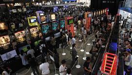Imagen de archivo de unos visitantes en la feria de videojuegos de Tokio en Chiba, Japón, sep 15 2011. China suspendió temporalmente una prohibición de 14 años sobre la venta de consolas de videojuegos, abriendo el camino para que empresas como Sony Corp, Microsoft Corp y Nintendo Co Ltd se sumen al tercer mercado mundial de videojuegos por ingresos. REUTERS/Toru Hanai