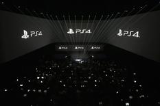 Sony a annoncé son intention de tester prochainement une nouvelle offre de contenus accessibles depuis sa console de jeu PlayStation 4. Sony souhaite offrir un service plus personnalisé à des clients pour l'instant habitués à ce que la majeure partie des contenus leur soit fournie par des câblo-opérateurs. /Photo d'archives/REUTERS/Brendan McDermid