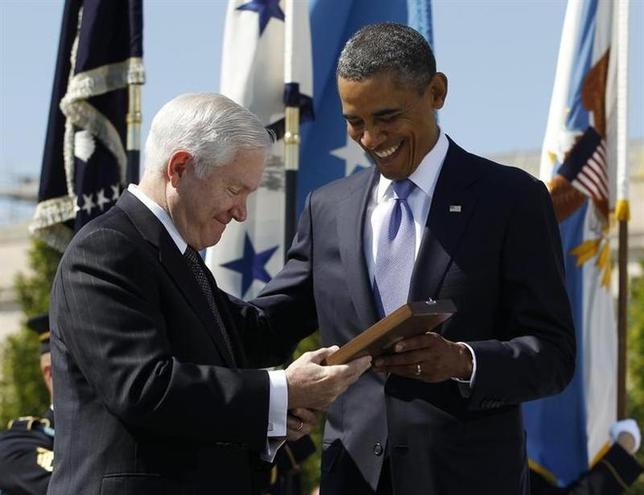 U.S. President Barack Obama presents retiring U.S. Defense Secretary Robert Gates with the Presidential Medal of Freedom during his farewell ceremony at the Pentagon near Washington, June 30, 2011. REUTERS/Jason Reed
