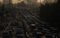 Veículos fotografados em um congestionamento na hora do rush em São Paulo. A venda de veículos novos no Brasil caiu 0,9 por cento em 2013, na primeira queda anual em 10 anos, informou a associação que representa as montadoras, Anfavea, nesta terça-feira. 06/12/2012. REUTERS/Nacho Doce