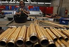 Funcionário verifica um cano de cobre na metalúrgica SPTF em São Paulo. 20/04/2012 REUTERS/Nacho Doce