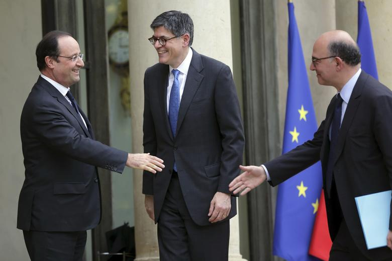 French President Francois Hollande (L) welcomes U.S. Treasury Secretary Jack Lew (C) and French Finance Minister Pierre Moscovici (R) at the Elysee Palace in Paris January 7, 2014. REUTERS/Philippe Wojazer