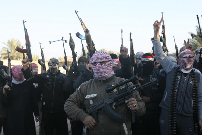 Masked Sunni gunmen chant slogans during a protest against Iraq's Shiite-led government, demanding that the Iraqi army not try to enter the city, in Falluja, 50 km (31 miles) west of Baghdad January 7, 2014. REUTERS/Stringer