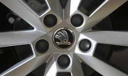 Skoda Auto, la filiale tchèque de Volkswagen, ambitionne de franchir pour la première fois cette année le cap du million de voitures vendues grâce au lancement de nouveaux modèles. /Photo d'archives/REUTERS/David W Cerny