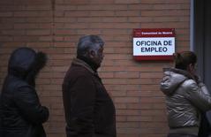 Unas personas en la fila de ingreso a una oficina de empleos gubernamental en Madrid, ene 3 2014. Las ventas minoristas de la zona euro registraron en noviembre un significativo incremento pese a que el desempleo se mantuvo en máximos históricos, en una señal de repunte de la demanda de los consumidores que aliviaría las preocupaciones de deflación en el bloque y las presiones para que el Banco Central Europeo relaje su política monetaria. REUTERS/Susana Vera