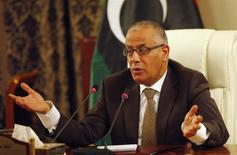 El primer ministro libio, Ali Zeidan, en una conferencia de prensa en su oficina de Tripoli, nov 10 2013. El primer ministro libio, Ali Zeidan, advirtió el miércoles que los cargueros de petróleo que intentan llegar a los puertos del país tomados por manifestantes armados deben alejarse o podrían ser hundidos por la Armada. REUTERS/Ismail Zitouny