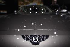 Logo da Bentley fotografado no capô de um exemplar do novo modelo Flying Spur, durante o 83º Feira de Carros de Genebra. A montadora de carros de luxo Bentley Motors aposta em um novo veículo utilitário SUV para obter o mesmo sucesso do seu modelo sedã Flying Spur, que levou as vendas a uma marca recorde no ano passado. 6/03/2013. REUTERS/Denis Balibouse