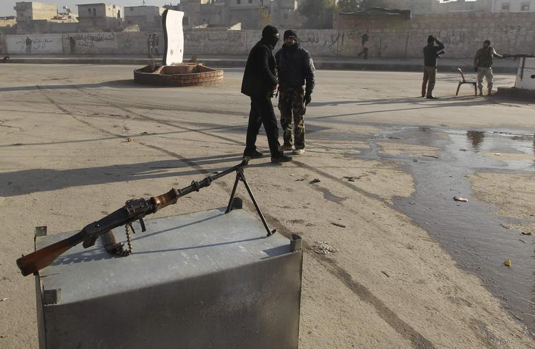 Free Syrian Army fighters man checkpoints to prevent members of the al Qaeda-affiliated Islamic State of Iraq and the Levant (ISIL) from entering Masaken Hanano neighborhood in Aleppo January 7, 2014. REUTERS/Jalal Alhalabi