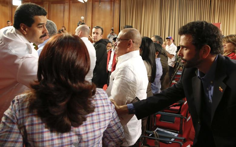Venezuela's President Nicolas Maduro (L) shakes hands with Opposition leader and Governor of Miranda state Henrique Capriles during a meeting with mayors and governors at Miraflores Palace in Caracas January 8, 2014. REUTERS/Carlos Garcia Rawlins