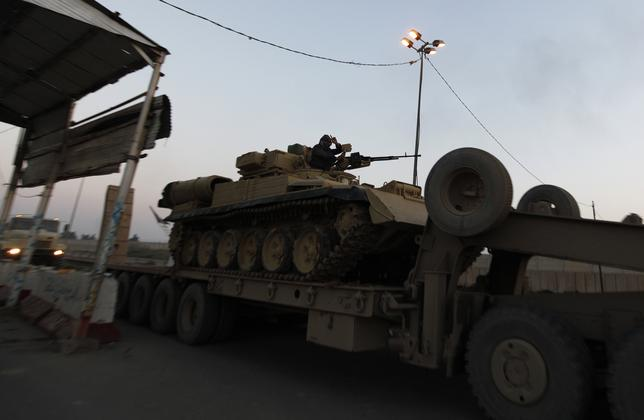 A tank is transported towards Anbar, to reinforce Iraqi troops in the province, west of Baghdad, January 6, 2014. REUTERS/Ahmed Saad