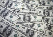 Notas de 100 dólares norte-americanos são exibidas num banco em Seul, na Coreia do Sul, em setembro de 2011. 20/09/2011 REUTERS/Lee Jae-Won