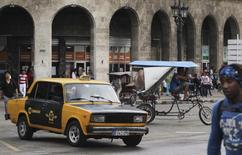 Miles de taxistas que eran empleados del Estado cubano pronto arrendarán sus vehículos en la isla y pasarán a trabajar por su cuenta, como parte del proceso de reorganización de ese servicio de transporte para hacerlo más eficiente, informó el miércoles el Gobierno. En la foto, un hombre conduce un taxi de la era soviética en La Habana. Ene 8, 2014. REUTERS/Enrique de la Osa