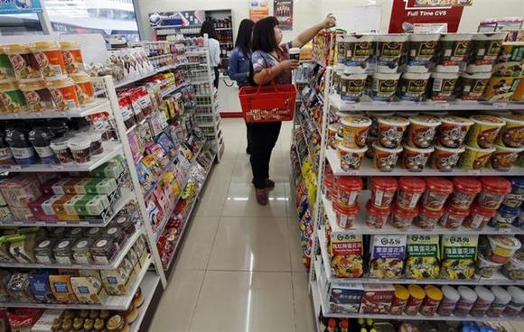 Customers choose goods at a shop in Beijing October 14, 2013. REUTERS/Kim Kyung-Hoon/Files