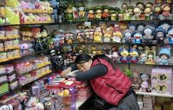 Продавец спит в магазине в Пекине 17 ноября 2013 года. Потребительская инфляция в Китае в декабре 2013 года замедлилась сильнее, чем ожидалось, до минимума семи месяцев на уровне 2,5 процента в годовом исчислении, смягчив опасения рынка насчет ужесточении монетарной политики. REUTERS/Jason Lee