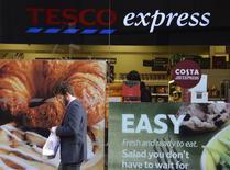 Tesco, le numéro trois mondial de la grande distribution, a enregistré une nouvelle baisse marquée de ses ventes sur le marché britannique pendant la période de Noël, une contre-performance qui risque d'accroître la pression sur son équipe dirigeante. /Photo prise le 12 décembre 2013/REUTERS/Toby Melville