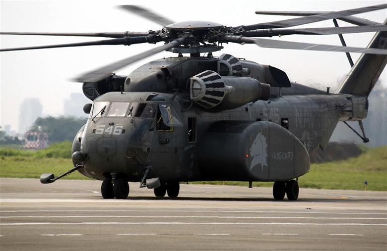 A U.S. Navy MH-53E Sea Dragon helicopter lands at Tainan air force base in southern Taiwan in this file handout photo from August 17, 2009. REUTERS/Taiwan Military News Agency/Handout