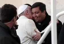 Le père Fabian Baez, un prêtre argentin, a eu l'honneur d'un tour de la place Saint-Pierre en papamobile lors de l'audience publique de mercredi, après avoir été reconnu dans la foule par le pape François. /Photo prise le 8 janvier 2014/REUTERS/Tony Gentile