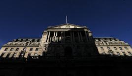 Sombra sobre o prédio do Banco da Inglaterra, em Londres. O Banco da Inglaterra, banco central britânico, deixou a política monetária inalterada nesta quinta-feira, mantendo seu plano de deixar as taxas de juros na mínima recorde até que a rápida e surpreendente recuperação da Grã-Bretanha se estabeleça de modo mais firme. 20/12/2013 REUTERS/Suzanne Plunkett