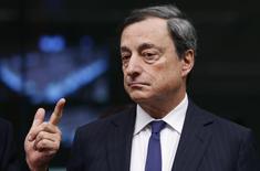 O presidente do Banco Central Europeu (BCE), Mario Draghi, comparece a reunião em Bruxelas, Bélgica. O BCE espera que a inflação permaneça baixa por algum tempo antes de avançar de volta à meta do banco, disse Draghi. 17/12/2013 REUTERS/François Lenoir