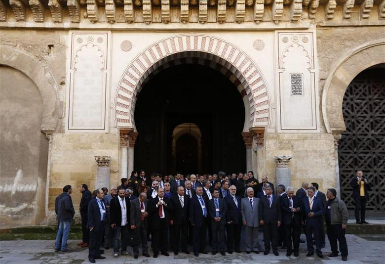 Members of Syrian opposition groups stand after visiting the former mosque of Cordoba during a consultative meeting in Cordoba, southern Spain January 9, 2014. REUTERS/Marcelo del Pozo