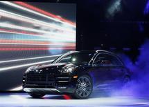 Un modèle de Porsche Macan. Le constructeur automobile allemand Porsche a pour objectif de porter ses ventes de voitures de sport et de véhicules utilitaires sportifs (SUV) à un nouveau record cette année après celui inscrit en 2013. /Photo prise le 20 novembre 2013/REUTERS/Lucy Nicholson