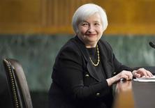 """Imagen de archivo de la nominada a la presidencia de la Reserva Federal de Estados Unidos, Janet Yellen, en el Capitolio en Washington, nov 14 2013. Janet Yellen, quien asumirá la presidencia de la Reserva Federal el próximo mes, está """"esperanzada"""" en que el crecimiento económico de Estados Unidos se acelerará en 2014 al 3 por ciento o más, y que la inflación persistentemente baja se moverá hacia la meta del banco central, según una entrevista a Time Magazine difundida el jueves. REUTERS/Joshua Roberts/Files"""