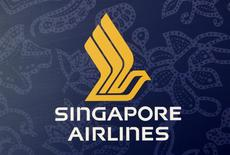 El logo de la aerolínea Singapore International Airlines en un mostrador en el aeropuerto Changi en Singapur, mayo 14 2013. Singapore Airlines eligió los aviones A320 de Airbus para lanzar su nueva empresa conjunta con Tata Sons en India, una victoria del gigante europeo sobre su rival estadounidense Boeing en momentos en que el mercado de las aerolíneas muestra señales de resurgimiento en la tercera mayor economía de Asia. REUTERS/Edgar Su/Files
