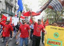 Miembros de los sindicatos Plenario Intersindical de Trabajadores (PIT) y Convención Nacional Trabajadores (CNT) en una manifestación para demandar mayores salarios en Montevideo, oct 29 2013. El desempleo en Uruguay se mantuvo prácticamente estable en noviembre de 2013 con una tasa de un 6,5 por ciento, desde un 6,4 por ciento un año atrás, informó el jueves el Gobierno. REUTERS/Andres Stapff
