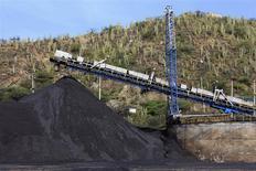 Un puerto carbonífero en Santa Marta, Colombia, ago 28 2013. Colombia está dispuesta a dejar de recibir millones de dólares diarios en ingresos para hacer cumplir las leyes ambientales que regulan a los sectores de petróleo y carbón, dijo el jueves el Ministro de Minas y Energía. REUTERS/Juliana Alvarez