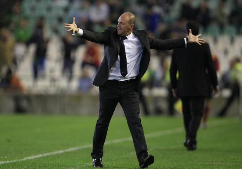 Former Real Betis' coach Pepe Mel reacts during the Europa League soccer match against Vitoria Guimaraes in Seville, October 24, 2013. REUTERS/Marcelo del Pozo