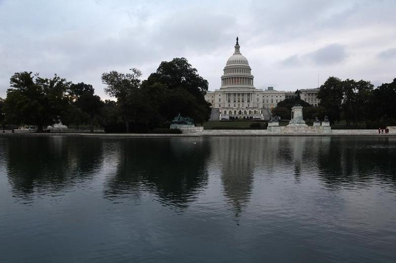 Morning breaks over the U.S. Capitol as the federal government reopens after a 16-day shutdown, in Washington, October 17, 2013. REUTERS/Jonathan Ernst