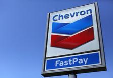 Chevron prévoit un bénéfice du quatrième trimestre du même ordre que celui du trimestre précédent, sur fond de stagnation de sa production, alors que les analystes tablent sur un résultat supérieur. /Photo d'archives/REUTERS/Mike Blake
