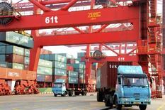 Caminhão carregado com contêineres em porto de Lianyungang, na província de Jiangsu, China, 10 de janeiro de 2014. As importações chinesas de commodities subiram fortemente em 2013, com o carvão e o minério de ferro subindo mais de 10 por cento, mas os esforços para reformar a segunda maior economia do mundo já estão reduzindo o ritmo da demanda e devem se estender por este ano. REUTERS/China Daily