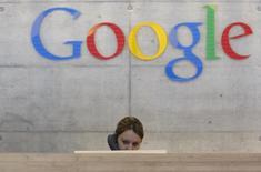Funcionária atende chamada telefônica em escritório da Google em Zurique, 18 de agosto de 2009. Um novo recurso do Gmail do Google terá como resultado alguns usuários recebendo mensagens de pessoas com as quais eles não compartilharam seus endereços de email, gerando preocupações entre alguns defensores de privacidade. REUTERS/Christian Hartmann