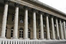 """Les Bourses européennes consolident leurs gains vendredi à mi-séance, notamment à la faveur d'un regain de confiance à l'égard des économies """"périphériques"""" de la zone euro. A 12h18, le CAC 40 prend 0,73% à Paris, le Dax gagne 0,94% à Francfort et le FTSE progresse de 0,89% à Londres. /Photo d'archives/REUTERS/John Schults"""