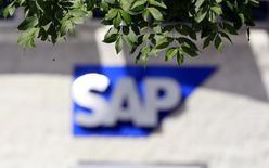 L'éditeur de logiciels SAP a vu son bénéfice d'exploitation progresser de 6% au titre du quatrième trimestre, mais sa croissance a été limitée par des effets de change négatifs. /Photo d'archives/REUTERS/Cathal McNaughton