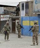 Tropas norte-americanas inspecionam o local de um ataque a bomba em Cabul. Forças dos Estados Unidos no Afeganistão mataram por acidente um menino afegão de quatro anos, disseram autoridades do Afeganistão nesta sexta-feira, no mais recente incidente a abalar as relações entre os dois aliados. 27/12/2013 REUTERS/Omar Sobhani
