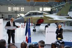 Lors d'une visite à l'usine Dassault Aviation de Mérignac, le ministère de la Défense Jean-Yves Le Drian (à gauche) a annoncé un investissement d'un milliard d'euros afin de moderniser l'avion de combat Rafale, qui équipe l'armée de l'air et la marine françaises mais n'a encore remporté aucune commande à l'exportation. /Photo prise le 10 janvier 2013/REUTERS/Benoît Tessier