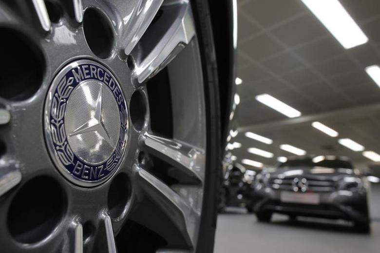 A company logo is seen on a wheel in front of Mercedes-Benz A-class cars displayed in a dealership of German car manufacturer Daimler in Paris, July 30, 2013. REUTERS/Christian Hartmann