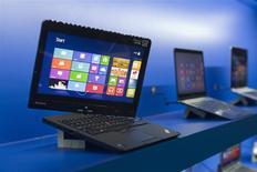 Un computador portátil Ultrabook de Lenovo a la muestra durante la Feria de Consumo Electrónico de Las Vegas, ene 7 2013. Los envíos mundiales de computadoras personales cayeron un 10 por ciento el año pasado, a 314,6 millones de unidades, ya que los fabricantes no pudieron evitar que los consumidores opten en su lugar por teléfonos inteligentes y tabletas, según datos preliminares de la agencia de investigación IDC. REUTERS/Steve Marcus