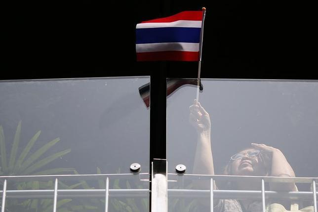 A woman waves a flag as she joins other anti-government protesters gathering in Bangkok's business district January 8, 2014. REUTERS/Damir Sagolj