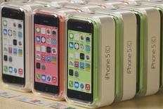 Une cour d'appel américaine a jugé vendredi qu'Apple n'enfreignait pas un brevet détenu par Motorola Mobility, une filiale de Google, pour fabriquer ses iPhone. /Photo prise le 20 septembre 2013/REUTERS/Adrees Latif