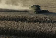 Una máquina cosechadora durante la recolección de maíz en un campo en Thurmont, EEUU, oct 27 2013. El Departamento de Agricultura de Estados Unidos redujo su proyección para los inventarios de maíz de la temporada 2013/14 debido a una sequía que afectó al país al final del período, en un reporte que podría dar cierto apoyo para los precios del grano. REUTERS/Gary Cameron