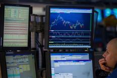 Wall Street a fini la semaine sur une note stable vendredi, le nombre de créations d'emplois aux Etats-Unis en décembre nettement inférieur aux attentes suscitant des interrogations sur la vigueur de la croissance américaine et sur le calendrier des mesures de soutien de la Réserve fédérale à l'économie. L'indice Dow Jones a cédé 0,05%, le S&P-500 a pris 0,23% et le Nasdaq Composite a avancé de de 0,44%. /Photo prise le 10 janvier 2014/REUTERS/Brendan McDermid