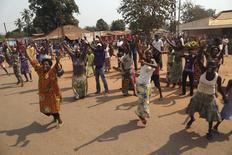 População comemora a renúncia de líderes interinos da República Centro-Africana, no distrito de Lakouenga, nesta sexta-feira. 10/01/2014 REUTERS/Emmanuel Braun