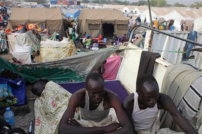 Displaced men rest in an improvised shelter at Tomping camp, where some 17,000 displaced people who fled their homes are being sheltered by the United Nations, in Juba January 10, 2014. REUTERS/Andreea Campeanu